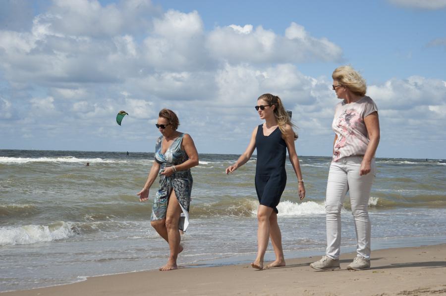 Голые девочки гуляют по пляжу смотреть бесплатно фото 751-438