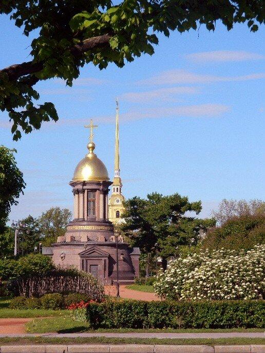 Троицкая часовня на фоне Петропавловского собора