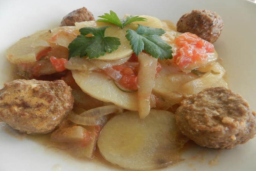 Картофель, запечённый с патиссоном, луком и помидорами