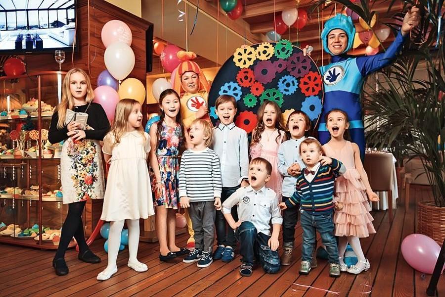 27.В этот день малышку порадовали много гостей, сладостей и аниматоры в костюмах «Фиксиков».