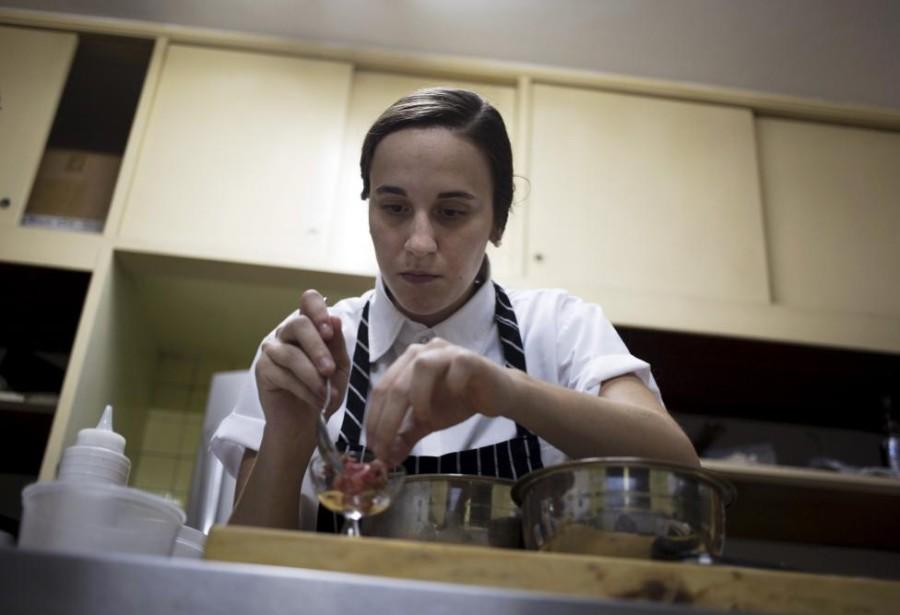 7. Шеф-повар Ана готовит мясо по-татарски с айоли на кухне ресторана «Ciboulette Prive» в Каракасе.