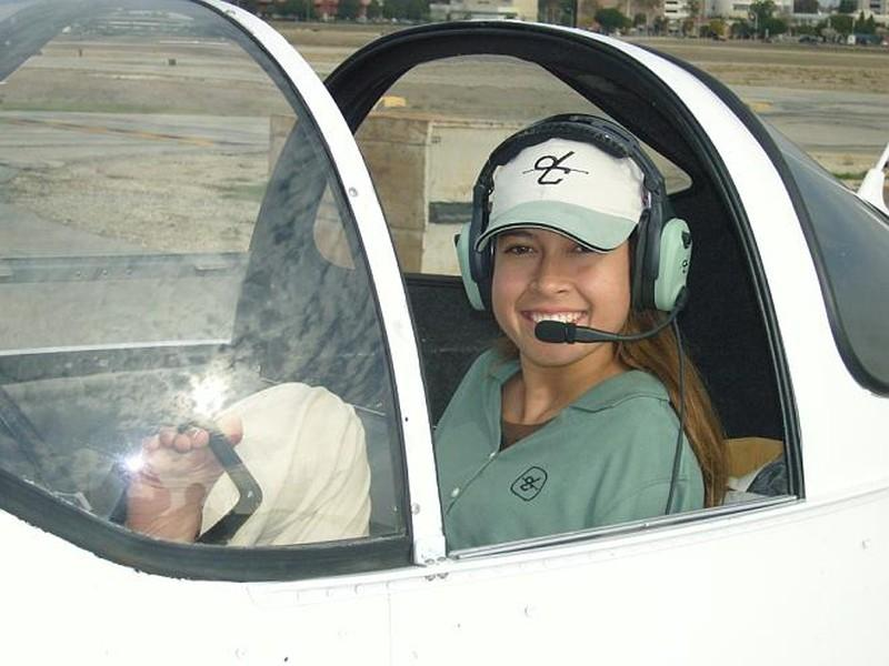 22. Джессика в самолете после получения лицензии пилота.