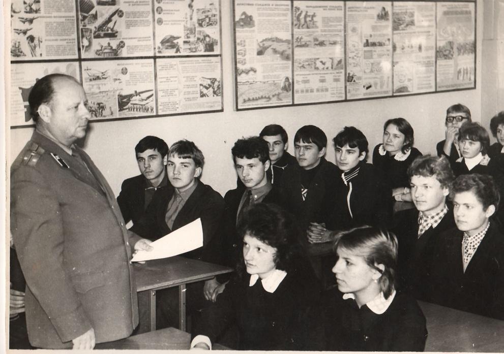 Преподавателями НВП обычно становились офицеры запаса. В республиках Средней Азии опытных офицеров н