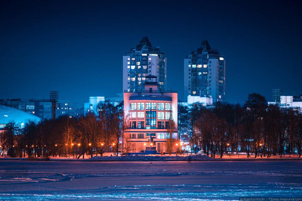 33. Екатеринбургский почтамт. Немного напоминает трактор.