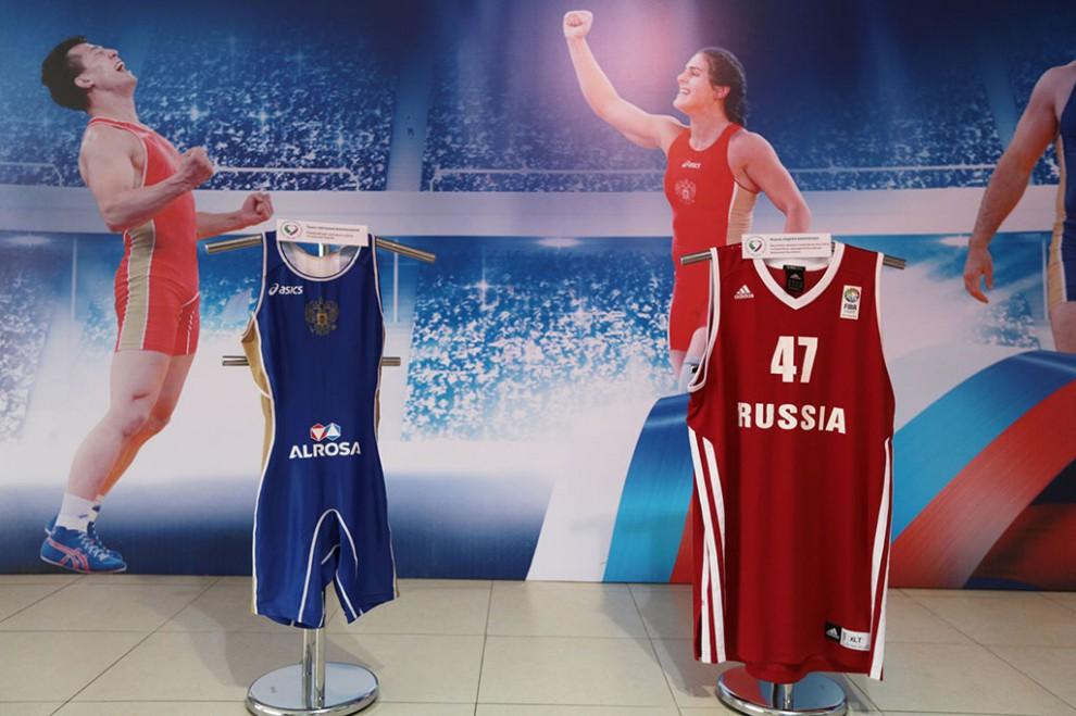 Справа форма Андрея Кириленко, бронзового призера Игр 2012 года по баскетболу. Слева — трико Натальи