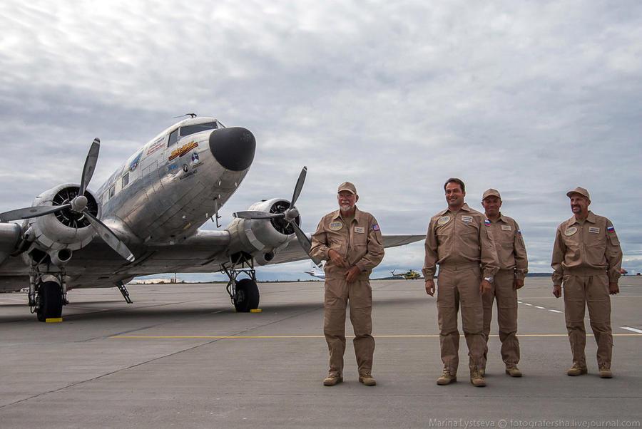 16. Росийско-американский экипаж. Сллева направо: Фрэнк Мосс — второй пилот, Александр Рябинин — ком