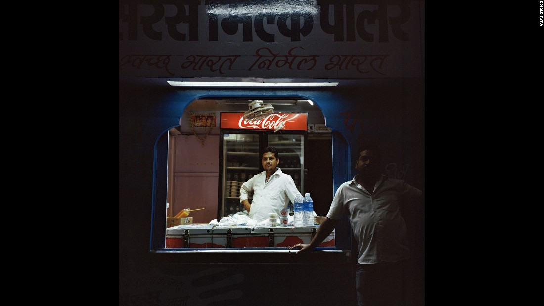 Рави торгует бутилированной водой и уличной едой на станции Кота Джанкшен в Раджастхане. Предложения