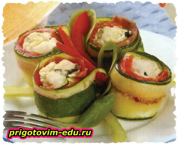Рулетики из цуккини, сыра и семги