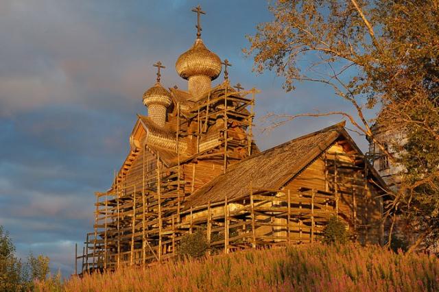 Богоявленская церковь. Такой ее можно было видеть в 2005 г в лучах заходящего солнца