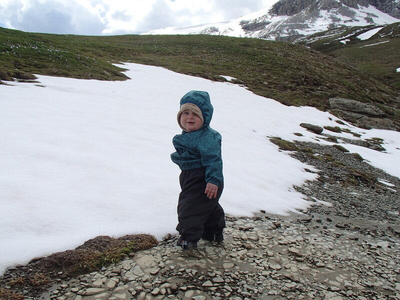 годовалый ребенок и снег в горах