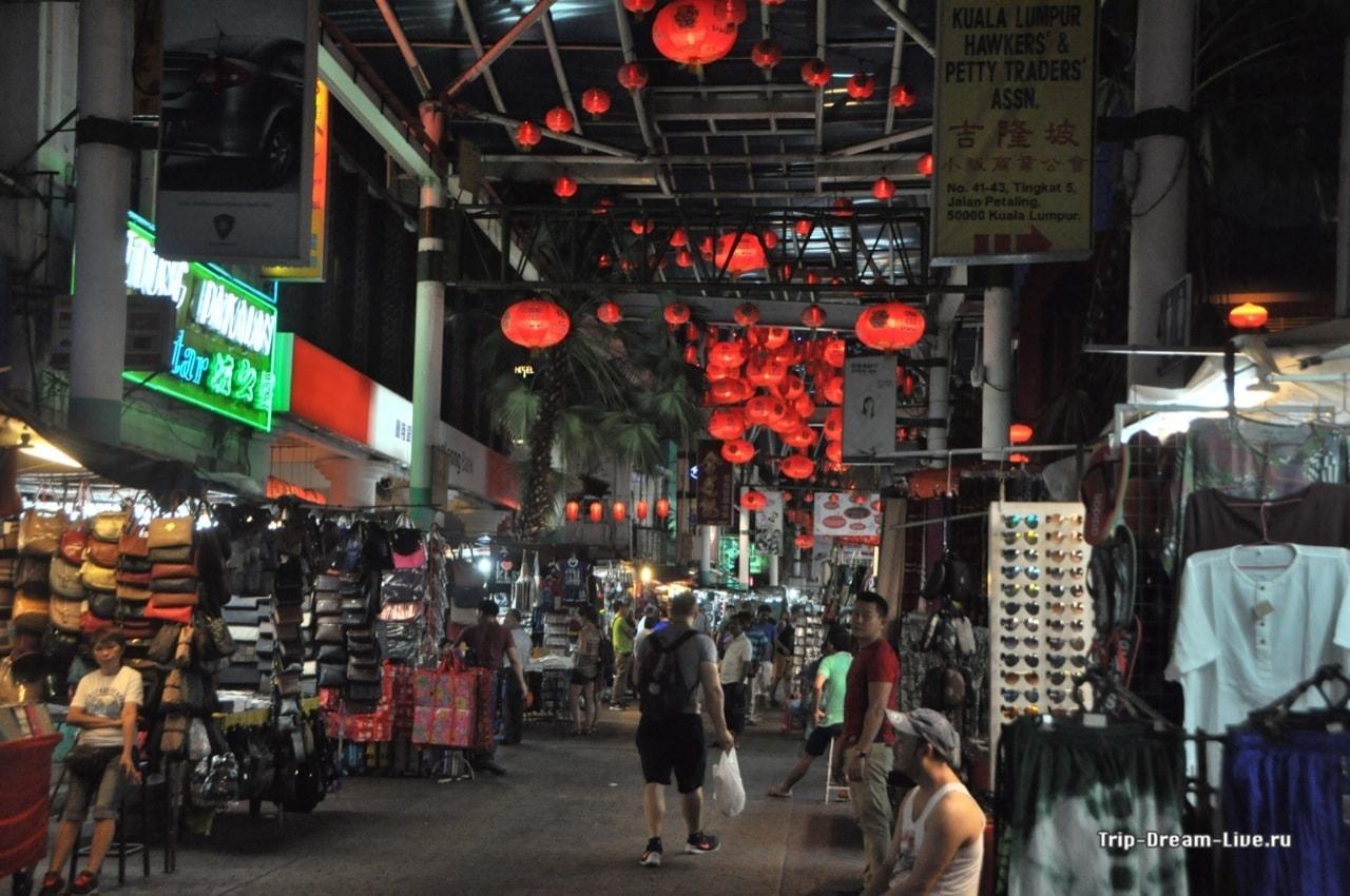 Улица Jalan Petaling вечером