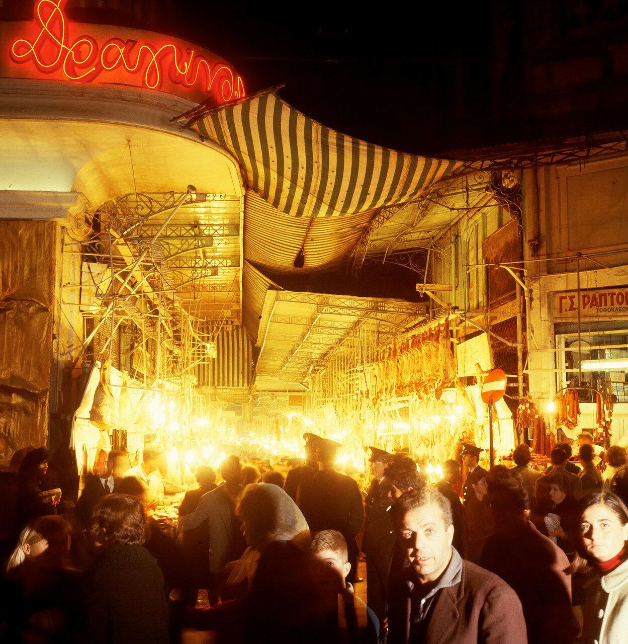 Στην εμπορική οδό.  κυκλοφορίας το βράδυ