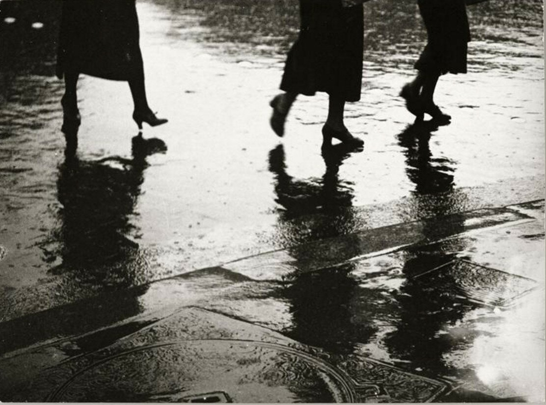 1930-1933. Ноги женщин, отражения в дождь