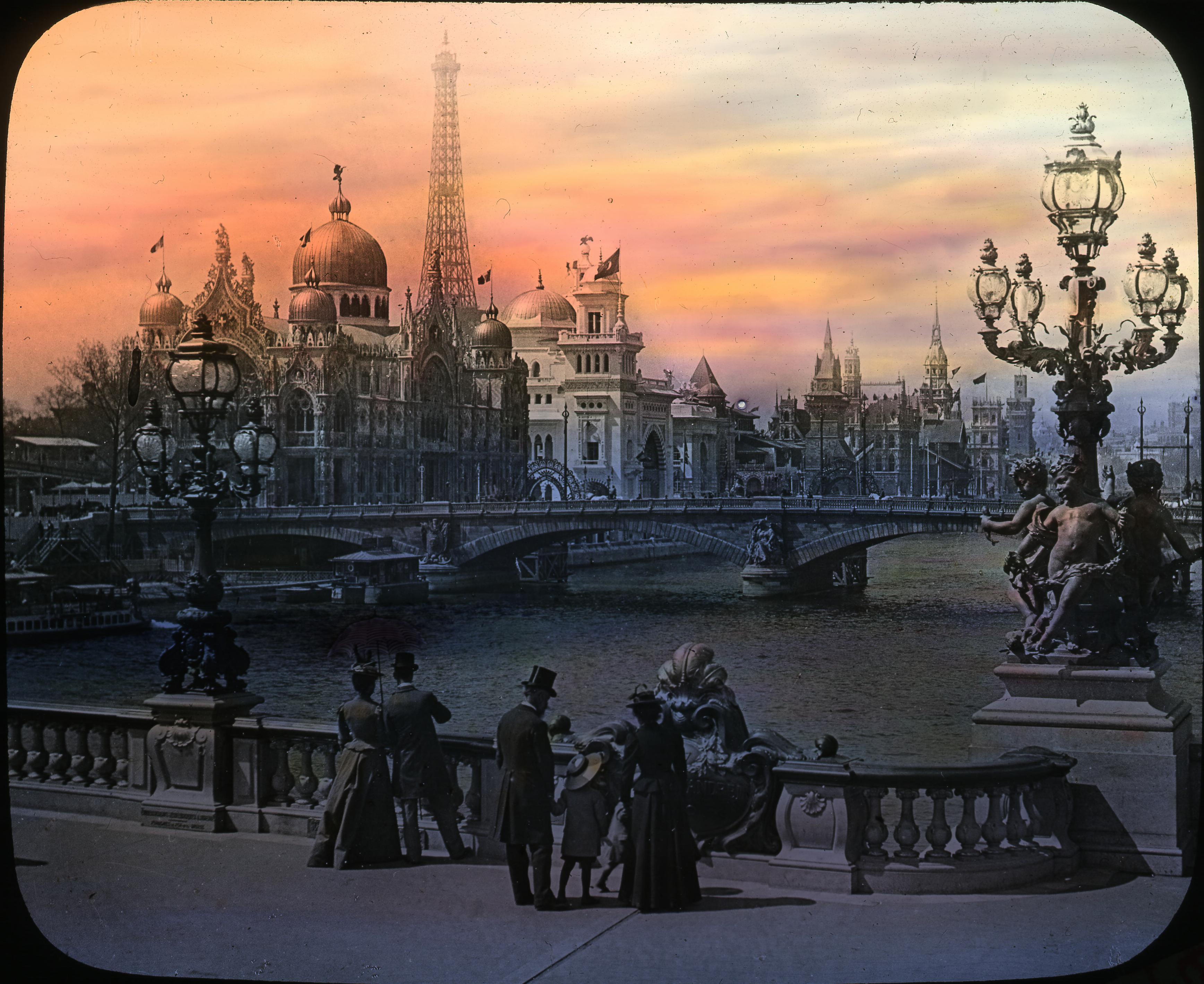 Уличные светильники на мосту Александра III
