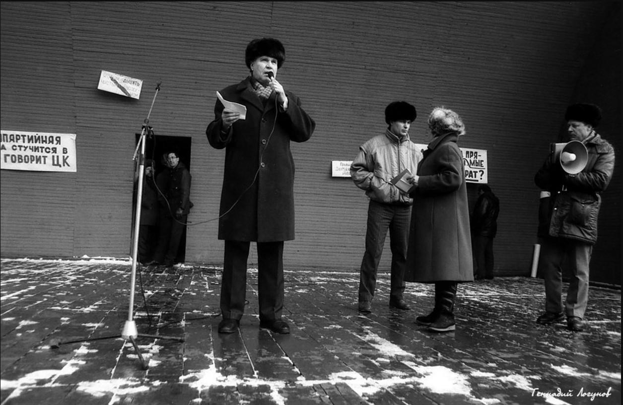 Нижний парк. Слева сзади от человека с микрофоном ведущие митинга - преподаватели Липецкого политехнического института - В.И. Цветков и В.П. Кисенко