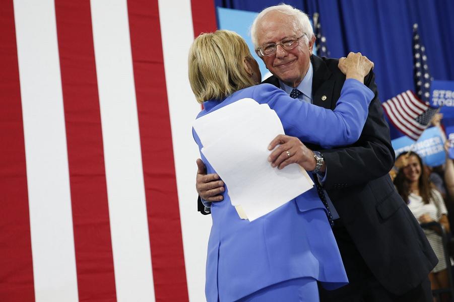 Сандерс поддержал Хиллари Клинтон.png