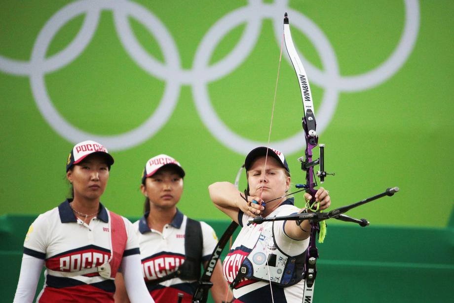 Команда лучниц в составе Туяны Дашидоржиевой, Ксении Перовой и Инны Степановой стала серебряным призёром в командном первенстве.jpg