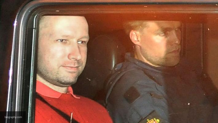 Отрастивший бороду норвежский террорист Брейвик «зиганул» всуде
