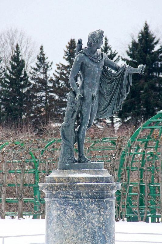 бронзовая статуя Аполлона Бельведерского в Верхнем парке Петергофа