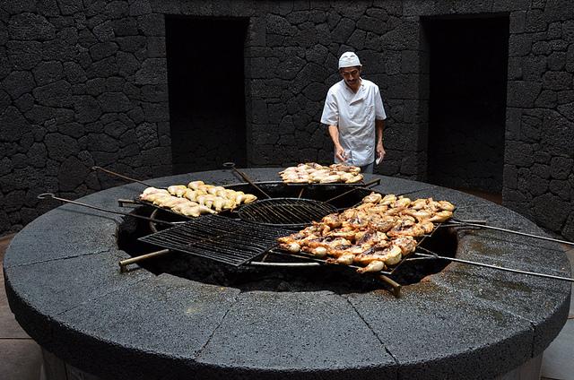 5. В меню заведения преобладают мясные блюда с овощами, которые готовятся прямо на открытом огне из