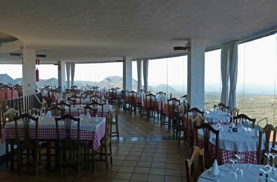 7. Заведение имеет круглую форму, а все стены в нем стеклянные, что позволяет посетителям во время т