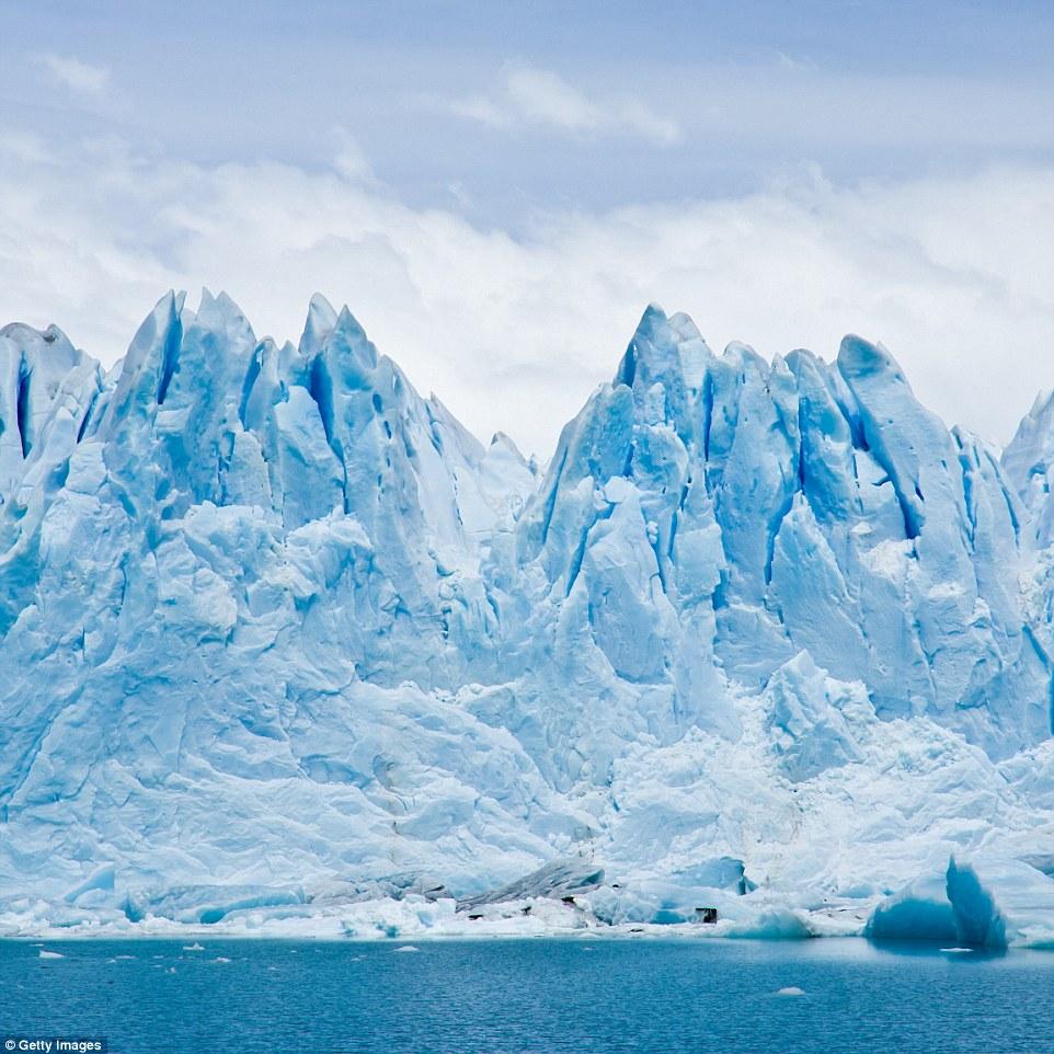 Фотограф Алекс Корнелл запечатлел этот накренившийся айсберг у берегов Антарктиды. Такой эффект быва