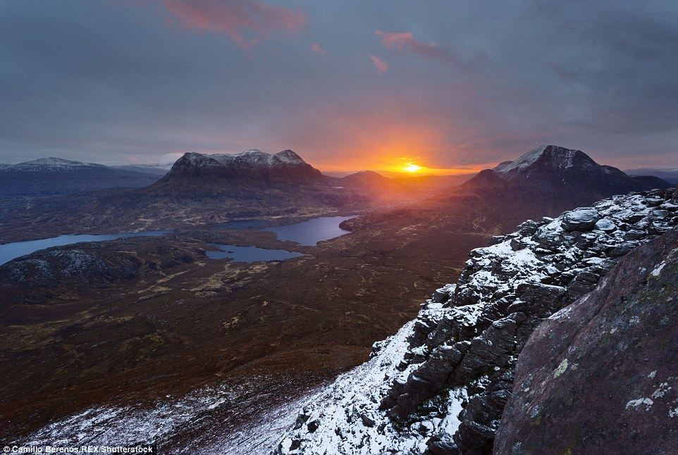 Солнце восходит над вершиной Беинн Ачрулейст.