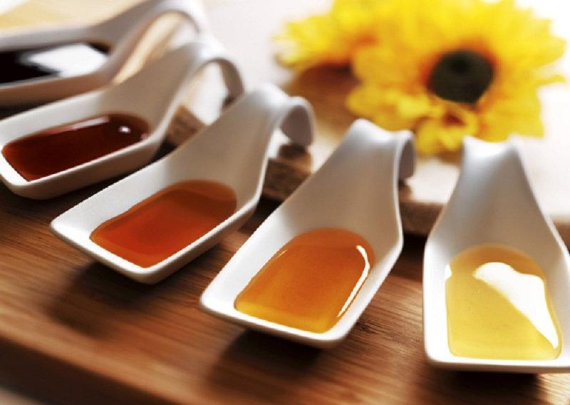 Как отличить настоящий мёд По вкусовым качествам  Настоящий мёд, помимо сладкого привкуса, д