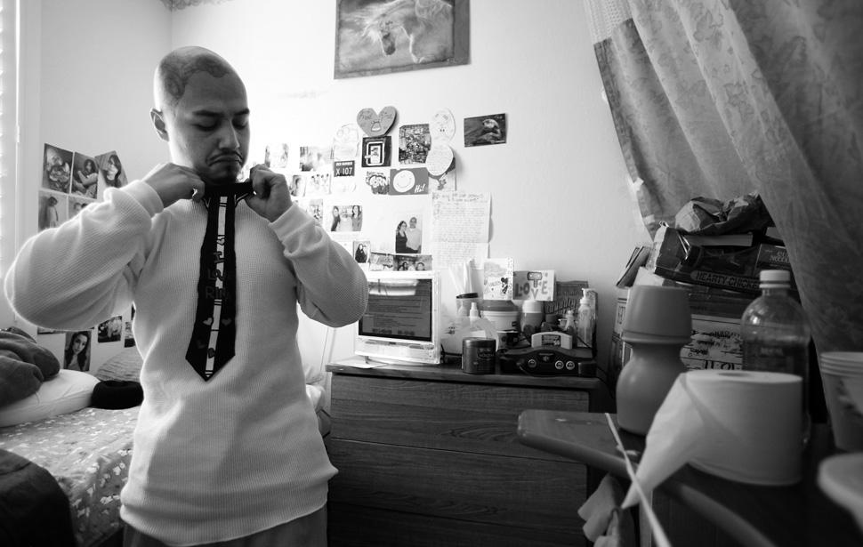 16. Фредди Гарсиа завязывает самодельный галстук, готовясь к свадьбе. Впервые он попал в тюрьму в 18