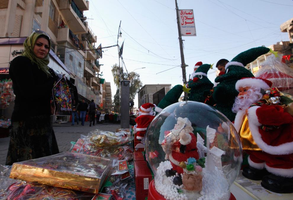 19. Женщина смотрит на рождественские сувениры в Багдаде. (Saad Shalash/Reuters)