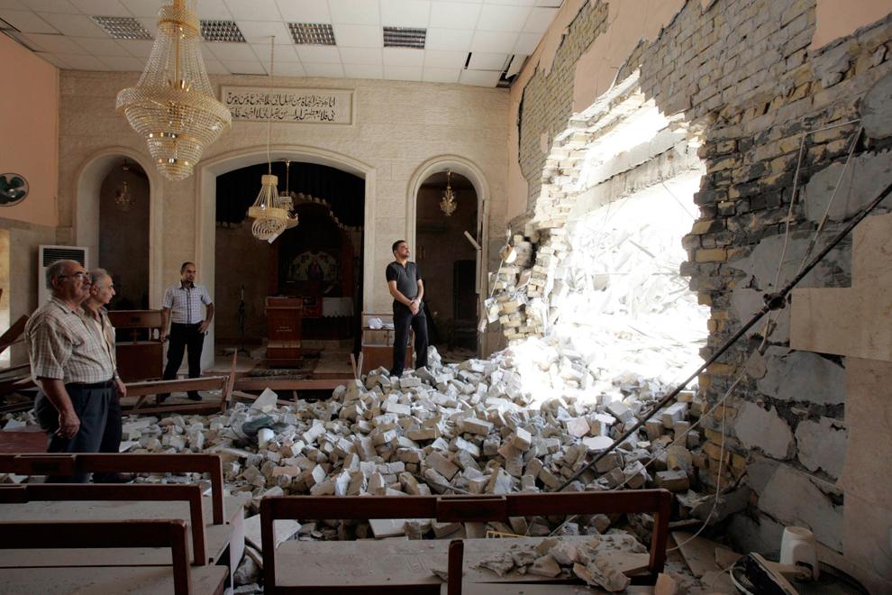 28. Жители оценивают ущерб, нанесенный церкви после теракта в центре Киркука. В Ираке до сих пор поч