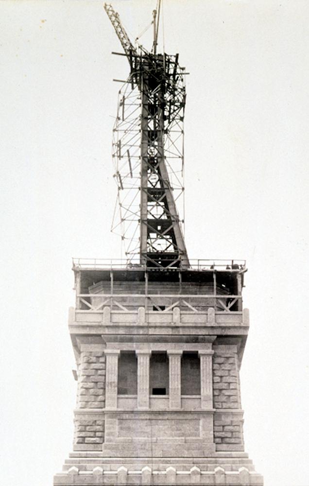 10. Вид Нижнего Манхэттена, Нью-Йорк, 1928 год. Справа видна башня Вулворта, в центре слева — статуя