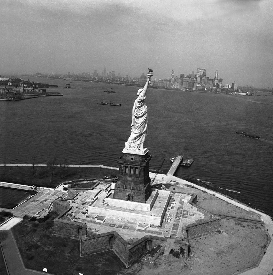 28. Статуя Свободы, 1 октября 1965 года. (AP Photo / John Rooney)