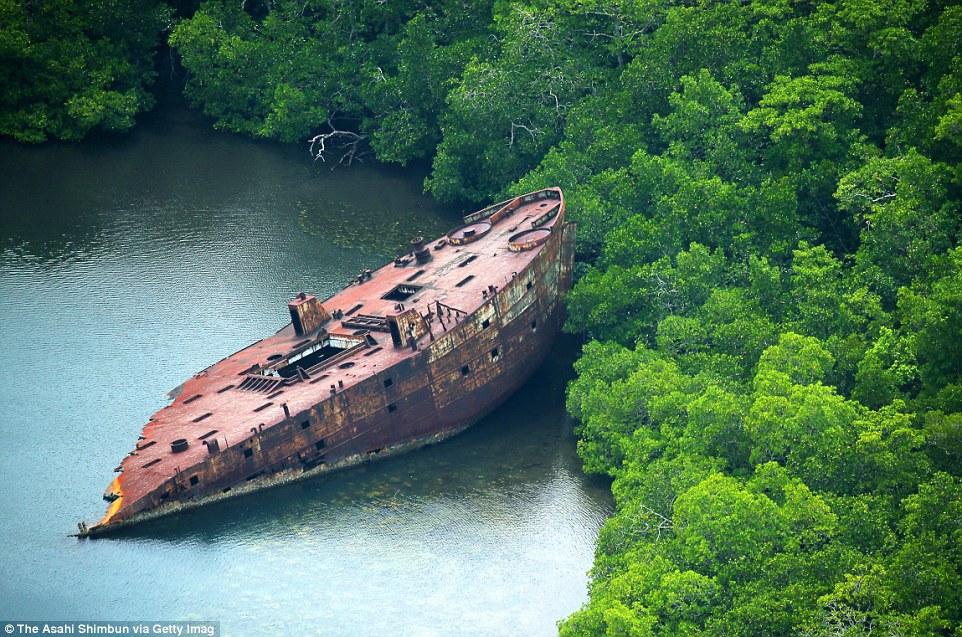 Обломки американского транспортного судна, застрявшие у берегов островов Нггела, Соломоновы острова.
