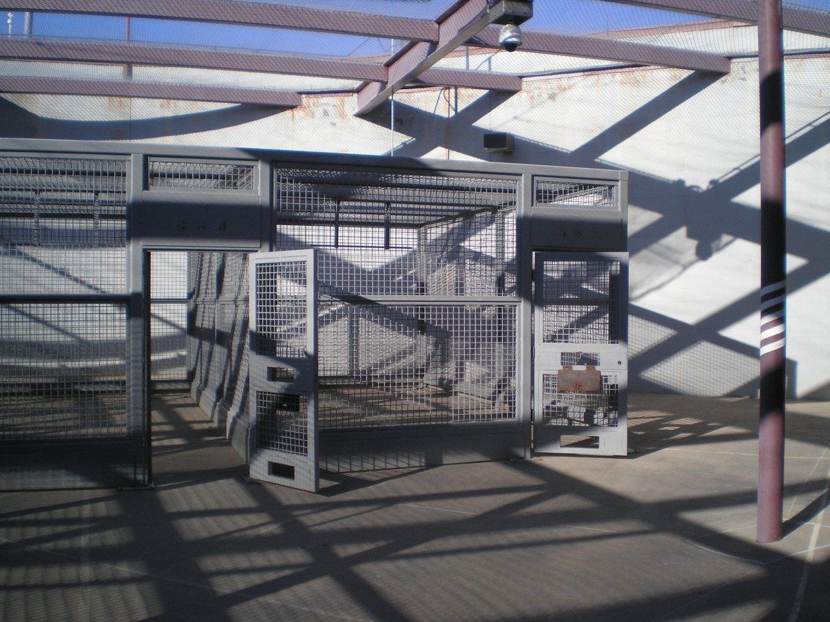 Эти наружные клетки для заключенных программы «понижающих шагов», позволяющей им постепенно перемеща