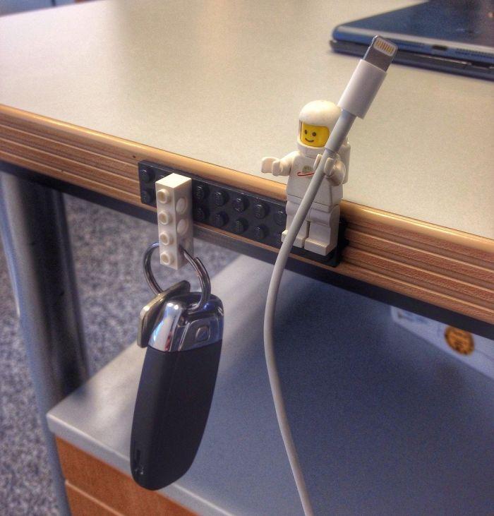 Фиксатор для кабеля зарядного устройства и крючок для ключей.