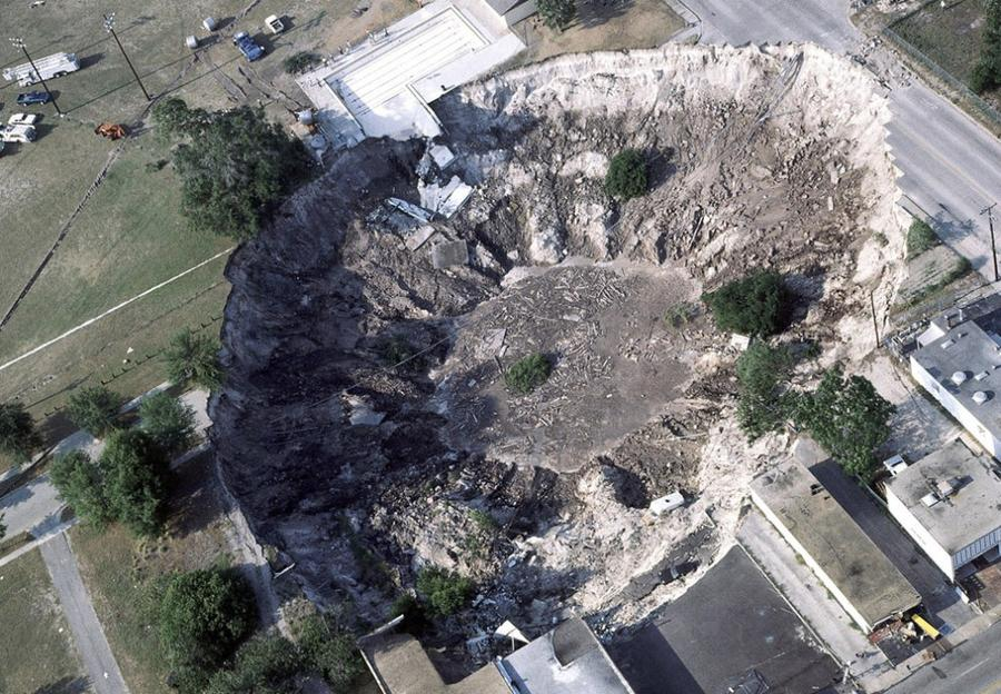 5. В городе Уинтер Парк, штат Флорида, 11 мая 1981 года в карстовую воронку провалился дом, нескольк