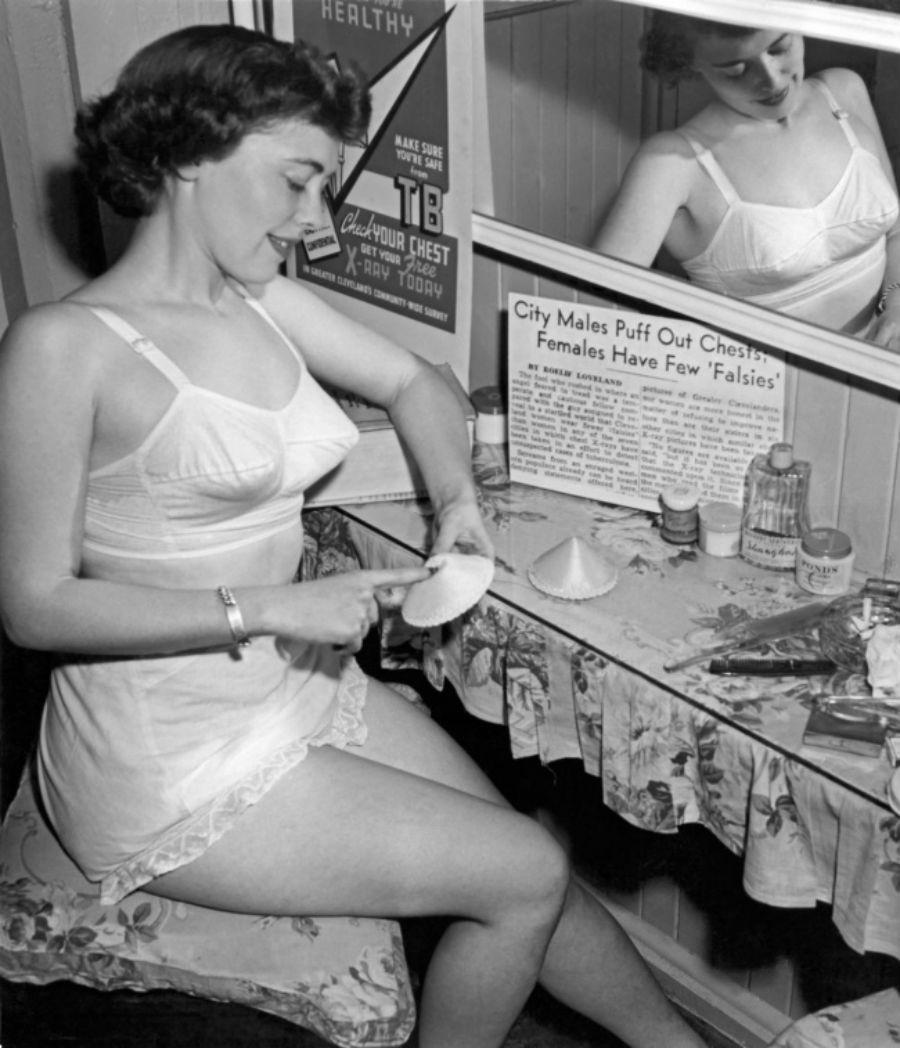 1940-е годы. Типичное белье для этого времени — бюстгальтер, трусики и нижняя юбка.