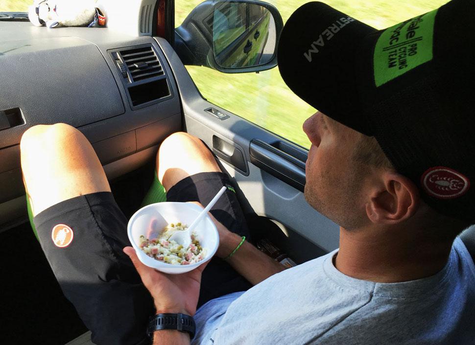 После одного горного этапа гонщиков везут по отелям. На фото — Кристиян Корен из Словении. Сотрудник