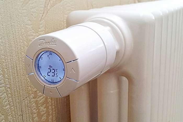 В спальне должно быть прохладно. Оптимальная температура — 15-18 градусов по Цельсию, а не привычные
