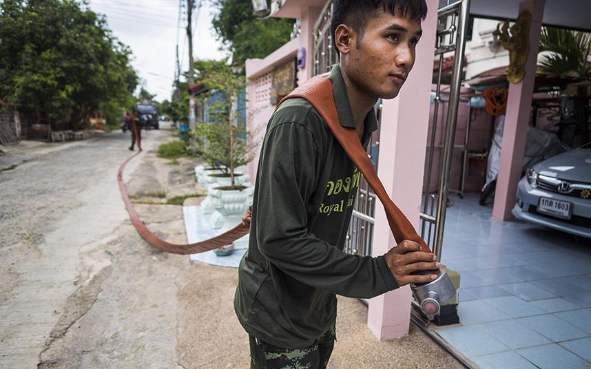 12. Подачу воды в жилые дома в провинции Патхумтхани помогают обеспечить тайские солдаты.