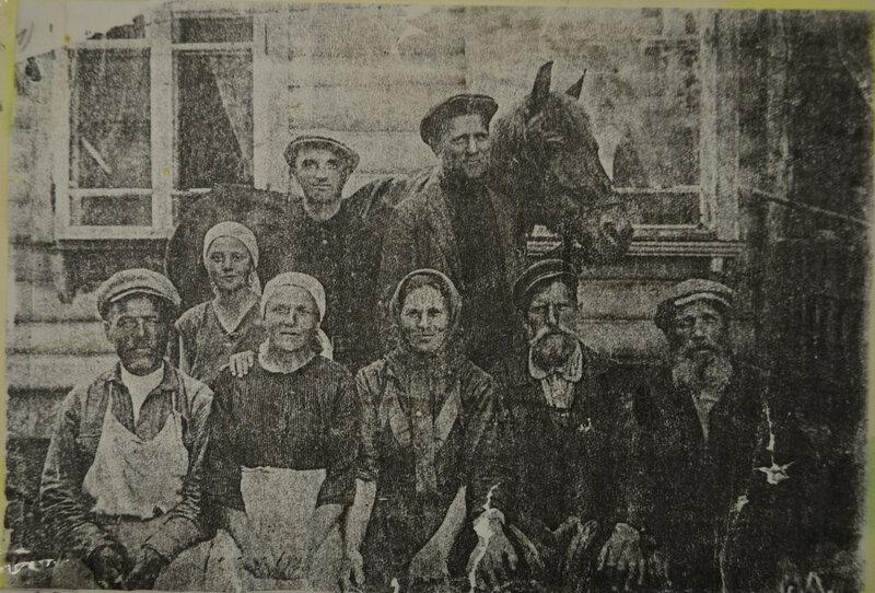1931 г. У заводоуправления Очаковского кирпичного завода.jpg