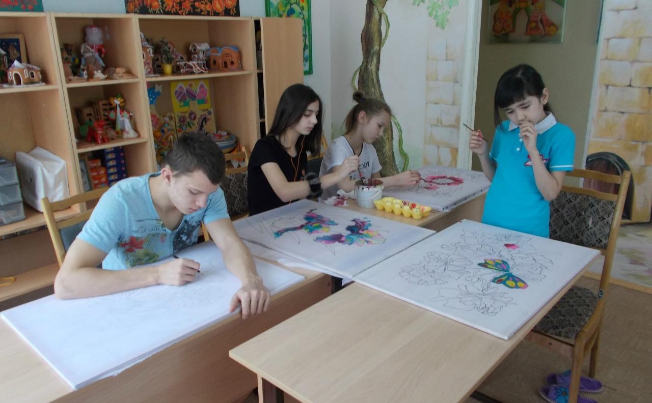 дети рисуют батик