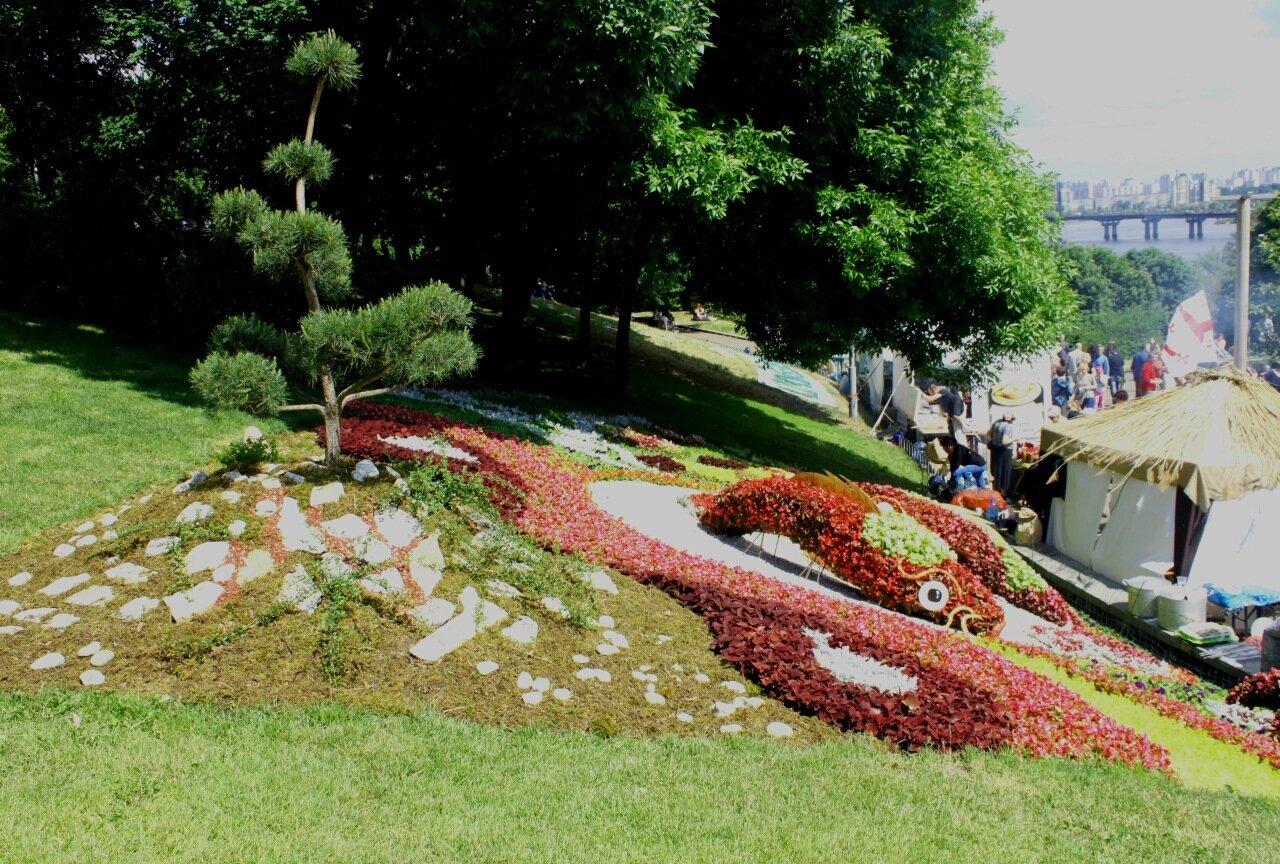Цветочная инсталляция на склоне Певческого поля