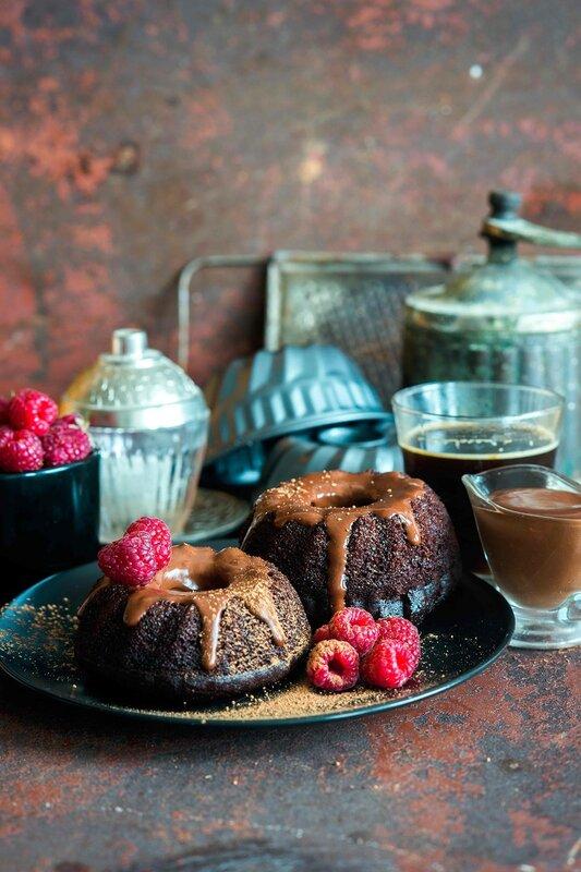 Mini_chocolate_cakes_with_chocolate_icing.jpg