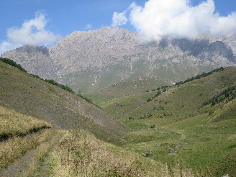 Вид на Цей-Лоамский хребет со стороны Салгинского ущелья