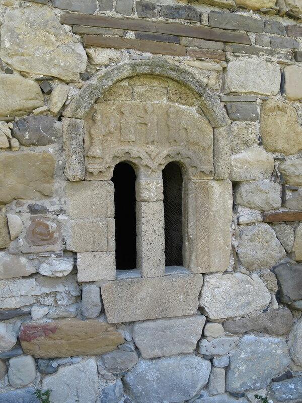 Окно с барельефом с восточной стороны храма, Тхаба-Ерды
