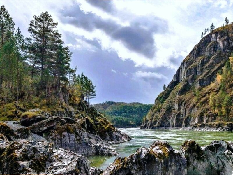 Берега каменистые, река, в горах Алтая.jpg