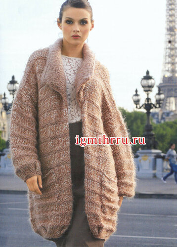 Бежевое меланжевое пальто свободного силуэта. Вязание спицами