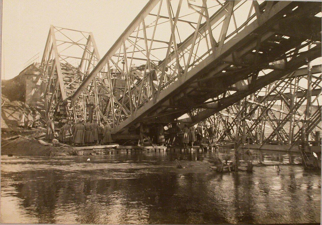 63. Подъем солдатами бригады разрушенной фермы моста. Галиция. Ст. Ржешов